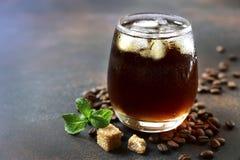 Cocktail frio do verão com licor da cola, do uísque e do café Fotos de Stock Royalty Free