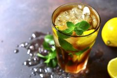 Cocktail frio do verão com licor da cola, do uísque e do café Imagens de Stock Royalty Free