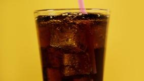 Cocktail froid de mélange de kola avec la paille à boire rose Jaune de scintillement de soude clips vidéos