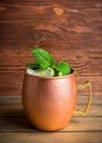 Cocktail froid de mule de Moscou dans la tasse de cuivre sur le fond rustique photo libre de droits