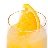Cocktail froid régénérateur de citron contre un blanc Photos stock