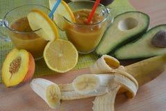 Cocktail fruité, avec des pailles, smoothies entourés par le fruit images stock