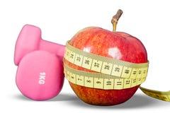 Cocktail fruité avec le fruit dans un dispositif trembleur Petites haltères pour l'exercice et le mètre photo stock