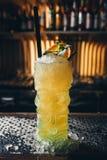 Cocktail giallo decorato con la foglia della menta Fotografia Stock Libera da Diritti