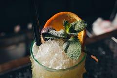 Cocktail giallo decorato con la foglia della menta Fotografia Stock