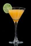 Cocktail giallo dell'ananas con calce in vetro di cocktail di martini Fotografia Stock Libera da Diritti