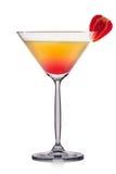 Cocktail giallo di martini con la fragola isolata su fondo bianco Immagini Stock Libere da Diritti