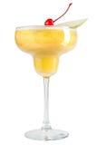 Cocktail giallo di rinfresco dell'alcool con la fetta della ciliegia di maraschino e della mela su fondo bianco Immagini Stock Libere da Diritti