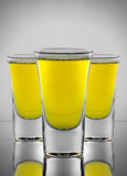 Cocktail giallo tre in tre bicchieri di vino Fotografia Stock