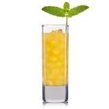 Cocktail giallo in vetro alto isolato su fondo bianco Immagine Stock