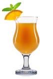 Cocktail giallo in vetro di uragano isolato su fondo bianco Fotografia Stock