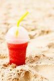 Cocktail glacial de fruit rouge en sable de plage Image libre de droits