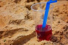 Cocktail glacial de fruit rouge en sable de plage Concept de déplacement et de détente L'espace pour votre texte photographie stock libre de droits