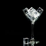 Cocktail-Glas Eis auf Schwarzem Lizenzfreie Stockfotografie