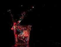 Cocktail in glas met plonsen op donkere achtergrond Het vermaak van de partijclub Gemengd licht Stock Afbeelding