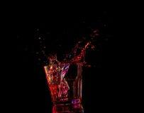 Cocktail in glas met plonsen op donkere achtergrond Het vermaak van de partijclub Gemengd licht Royalty-vrije Stock Afbeelding