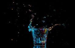Cocktail in glas met plonsen op donkere achtergrond Het vermaak van de partijclub Gemengd licht Royalty-vrije Stock Foto