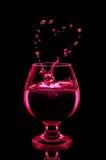 Cocktail in glas op zwarte achtergrond Stock Fotografie