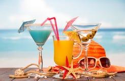 Cocktail, glas sap en alcohol met olijven, hoed, sunglasse stock foto's