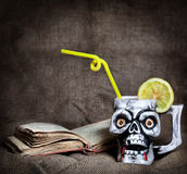 Cocktail im Schädelbecher Stockfotografie