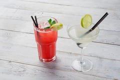 Cocktail impostati Margarita, cocktail rosso dell'alcool sulla fine di legno del fondo su Fotografie Stock