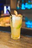 Cocktail jaune avec la chaux Photo stock