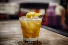 Cocktail jaune sur la table en bois Images libres de droits