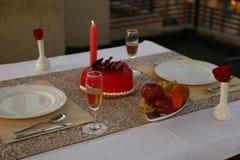 Cocktail, kühleres Getränk des Sommers, romantische Kerzenlicht-Abendesseneinrichtung stockfoto