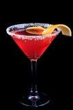 Cocktail kosmopolitisch auf einem schwarzen Hintergrund stockfotos