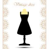 Cocktail-Kurzschlusskleid der Weinlese schwarzes auf Mannequin mit Linie Spitzensäume für Ikone Lizenzfreie Stockfotografie