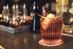 Cocktail lokalisiert auf Seitenansicht des Barzählers stockbilder