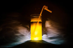 cocktail lumineux de vert jaune garni avec la chaux Cocktails classiques d'alcool, boissons alcoolisées, boissons non alcoolisées Image libre de droits