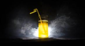 cocktail lumineux de vert jaune garni avec la chaux Cocktails classiques d'alcool, boissons alcoolisées, boissons non alcoolisées Images stock