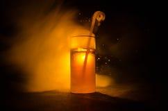 cocktail lumineux de vert jaune garni avec la chaux Cocktails classiques d'alcool, boissons alcoolisées, boissons non alcoolisées Photographie stock
