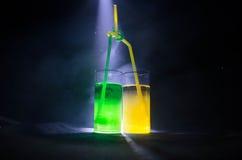 cocktail lumineux de vert jaune garni avec la chaux Cocktails classiques d'alcool, boissons alcoolisées, boissons non alcoolisées Image stock