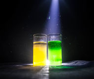 cocktail lumineux de vert jaune garni avec la chaux Cocktails classiques d'alcool, boissons alcoolisées, boissons non alcoolisées Photographie stock libre de droits