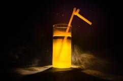 cocktail lumineux de vert jaune garni avec la chaux Cocktails classiques d'alcool, boissons alcoolisées, boissons non alcoolisées Photo stock