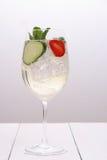 Cocktail luminoso con il cetriolo, fragola in vetro di vino Fotografia Stock Libera da Diritti