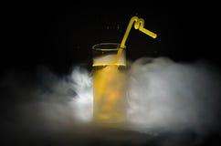 cocktail luminoso di verde giallo guarnito con calce Cocktail classici dell'alcool, bevande alcoliche, bibite, cocktail saporiti  Fotografie Stock Libere da Diritti