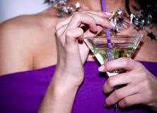 Cocktail in mani Immagini Stock Libere da Diritti