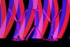 Cocktail/Martini-Gläser mit Neonlicht hinten lizenzfreie stockbilder