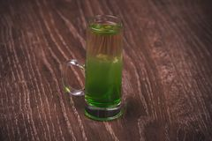Cocktail mergulhado verde do tiro do álcool Foto de Stock Royalty Free