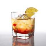 Cocktail met alcoholische drank en citroen royalty-vrije stock afbeelding