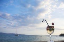 Cocktail met champagne en aardbeien op een achtergrond van overzees en hemel royalty-vrije stock foto