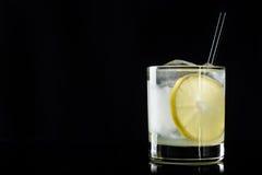 Cocktail met citroen en ijs stock afbeeldingen