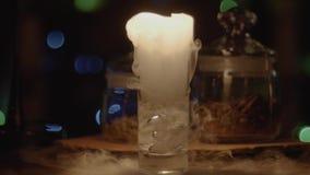 Cocktail met droog ijs, verdampende witte dikke rook stock video