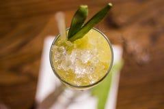 Cocktail met groene erwten en verpletterd ijs, hoogste mening royalty-vrije stock afbeeldingen