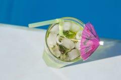 Cocktail met ijs dichtbij de pool royalty-vrije stock afbeeldingen