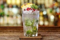Cocktail met ijs op de bar royalty-vrije stock foto