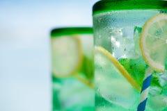 Cocktail met ijs, rum, citroen en munt Stock Foto's